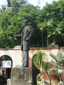 Patung Yose Rizal di depan Shrine